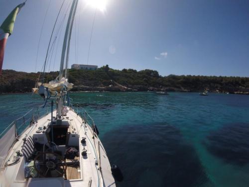 Barca a vela nelle acque di Alghero
