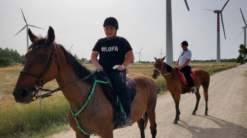 Bambini durante escursione tra le pale eoliche nel territorio di Sedini