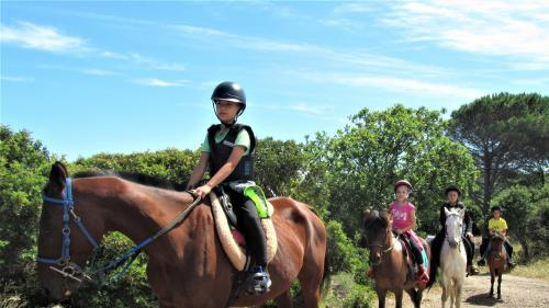 Children during a guided horseback excursion to Sedini