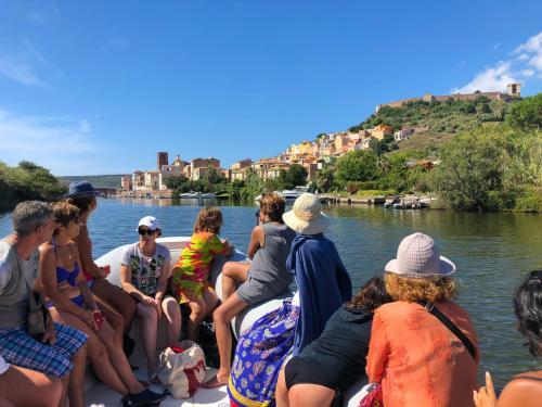 Gruppe von Wanderern in einem Schlauchboot auf dem Fluss Temo