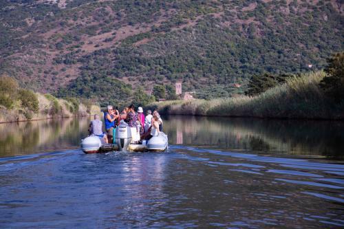Gummiboot in der Küste von Bosa