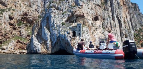 Schlauchboot in Porto Flavia mit Passagieren an Bord
