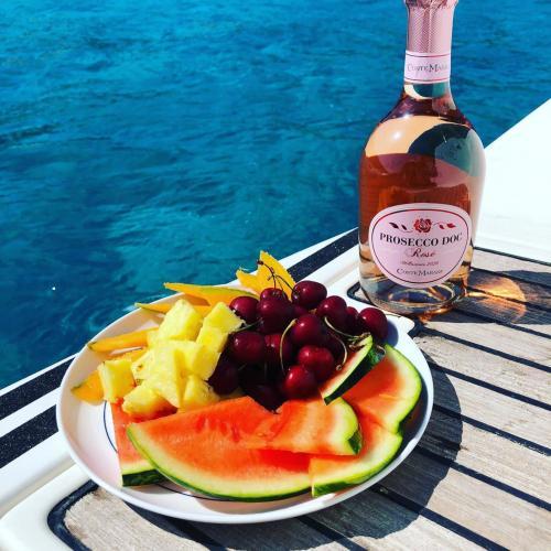 Während des Ausflugs wird Obst an Bord eines Segelboots serviert
