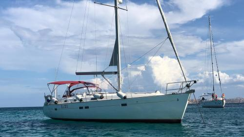 Segelboot im Meer des La Maddalena Archipels
