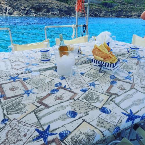 Tisch an Bord eines Angeltourismus gedeckt