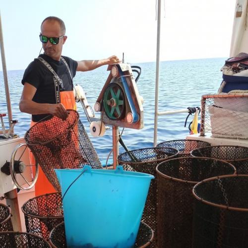 Commander überprüft die Fischnetze
