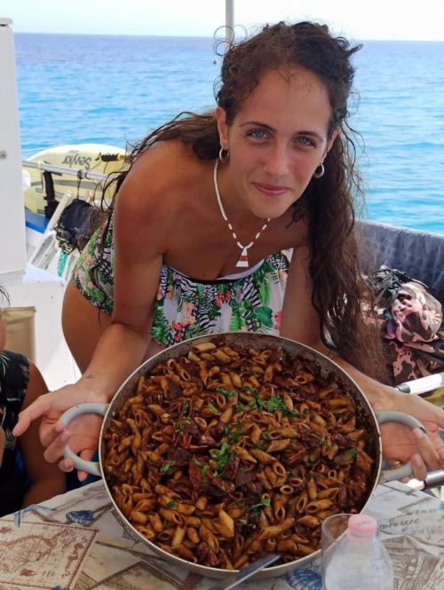 Mädchen mit gekochten Nudeln an Bord