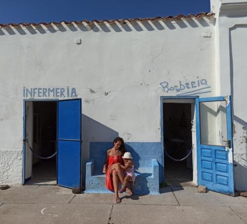 Mutter und Tochter im alten Asinara-Gefängnis