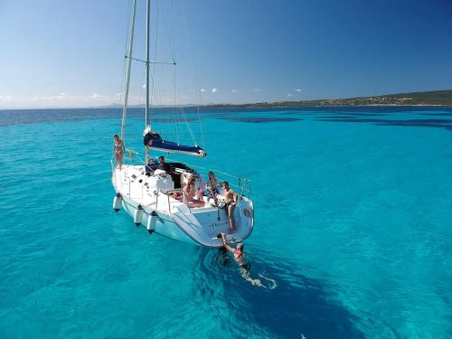 Passagiere an Bord eines Segelboots im Golf von Asinara