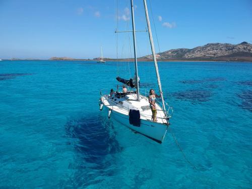Mädchen an Bord eines Segelboots