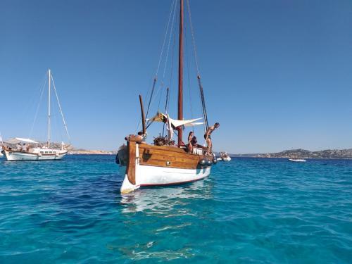Segelschiff segelt im Meer des Archipels