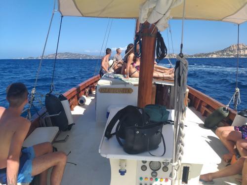 Passagiere an Bord des Vintage-Segelschiffs