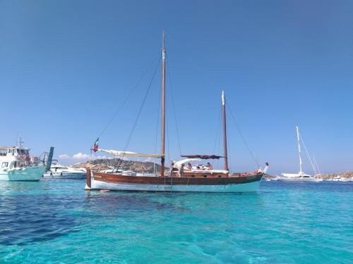 Weinlese-Segelschiff im kristallklaren Meer