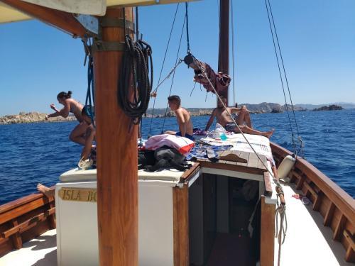 Passagiere, die vom Segelschiff tauchen
