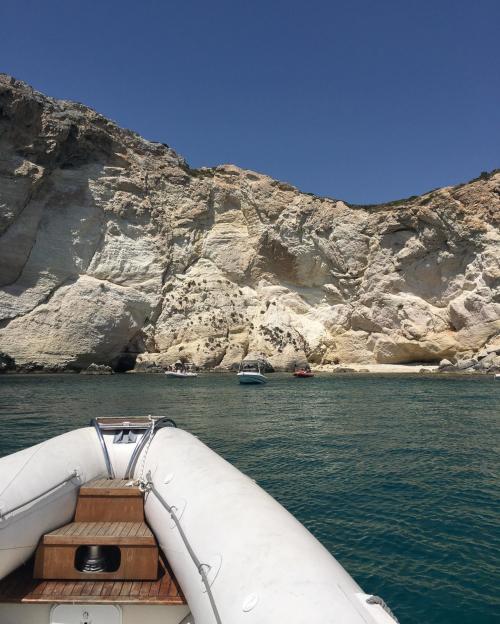 Schlauchboot an der Küste von Cagliari