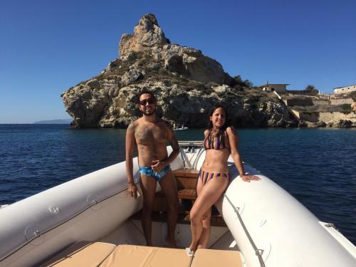 Paar an Bord eines Schlauchboots im Golf von Cagliari