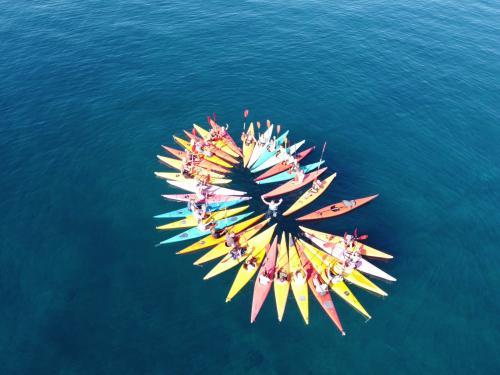 Coloridos kayaks en el mar azul de Porto Torres