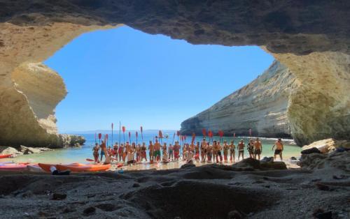 Grupo de excursionistas en una cueva en Balai