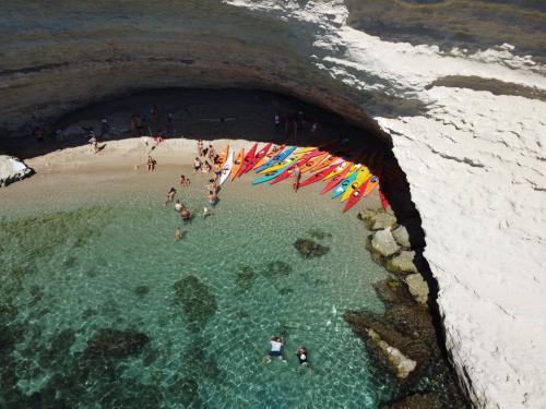 Kayak en una cueva escondida en la costa de Porto Torres