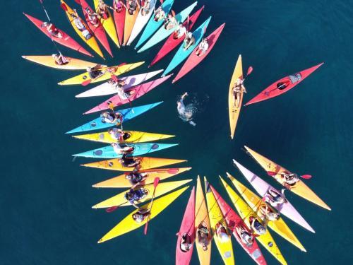 Foto de la parte superior de muchos kayaks coloridos en Porto Torres