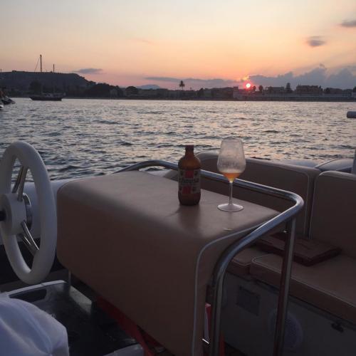 Aperitif an Bord eines Schlauchboots bei Sonnenuntergang