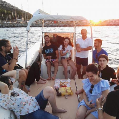 Passagiere an Bord eines Schlauchboots