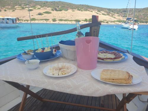 Aperitif with sea view during an excursion aboard a vintage sailing ship