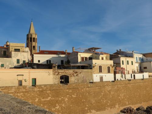 Stadt Alghero mit Blick auf das Meer