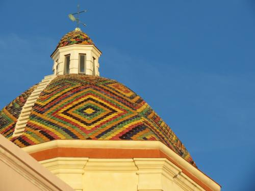 Farbige Dachkirche Alghero