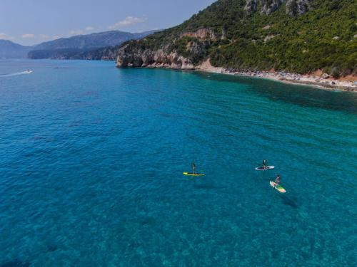 Hikers during a SUP experience in the Gulf of Orosei