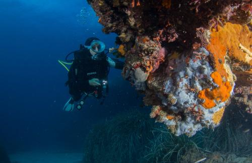 Junge im Meer von Bosa
