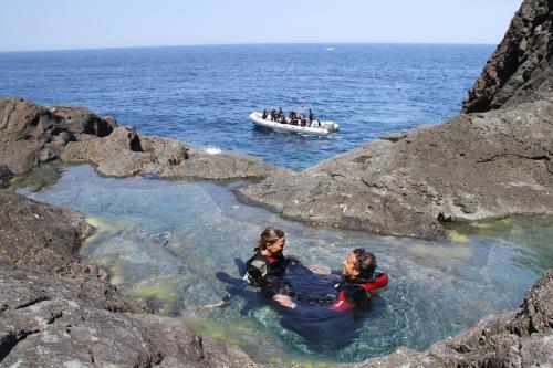 Paar in einem natürlichen Schwimmbad