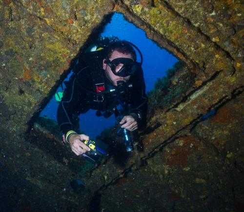Junge, der das Meer von Bosa erforscht