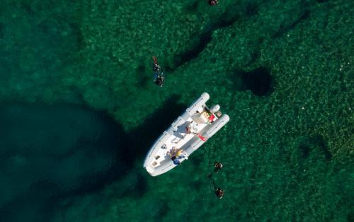 Beiboot im Meer von Bosa