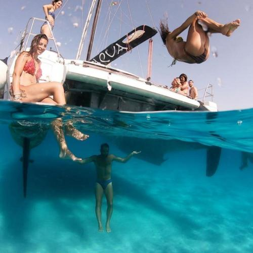 Hikers have fun during their stay on a catamaran at Asinara