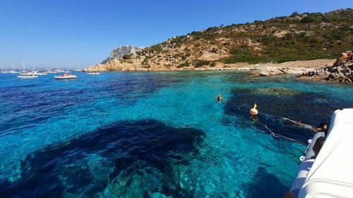 Schlauchboot an der Küste von Olbia