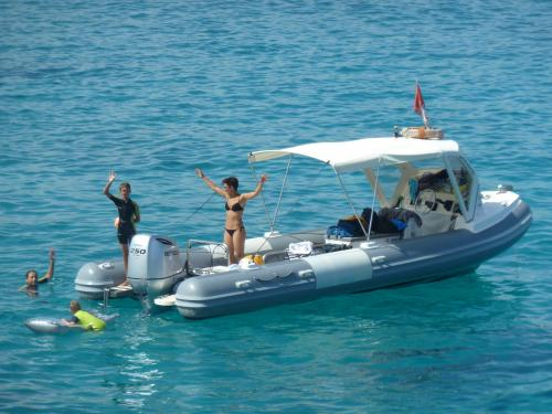 Passagiere an Bord eines Schlauchboots im geschützten Meeresgebiet von Tavolara