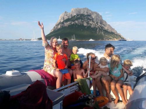 Familie an Bord eines Schlauchboots in Tavolara