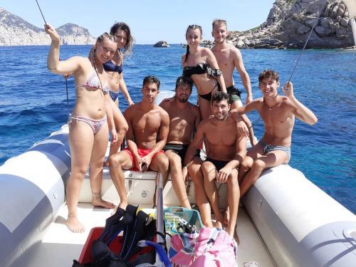 Gruppe von Freunden an Bord eines Schlauchboots