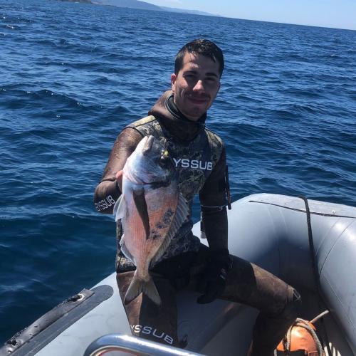 Wanderer im Schlauchboot mit frisch gefangenem Fisch