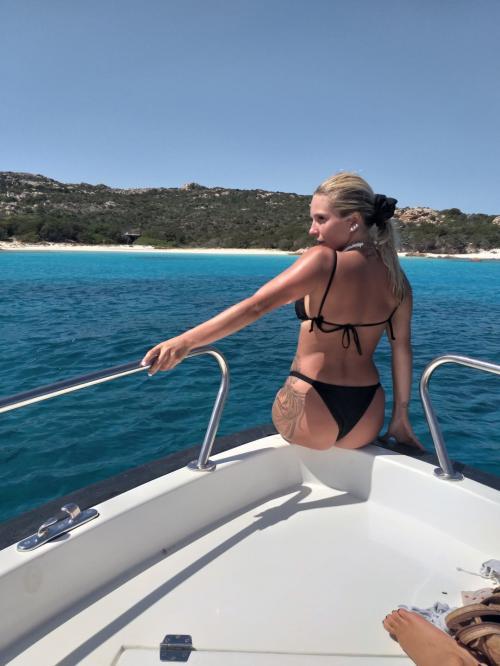 Mädchen an Bord eines Motorboots