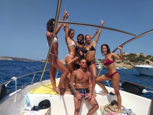Gruppe von Freunden an Bord eines Motorboots