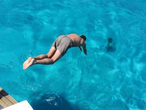 Junge taucht vom Schnellboot