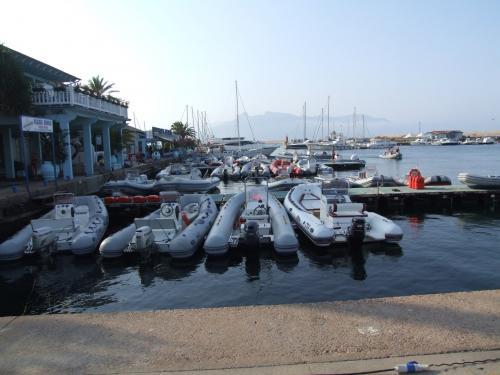 Beiboot im Hafen von Arbatax