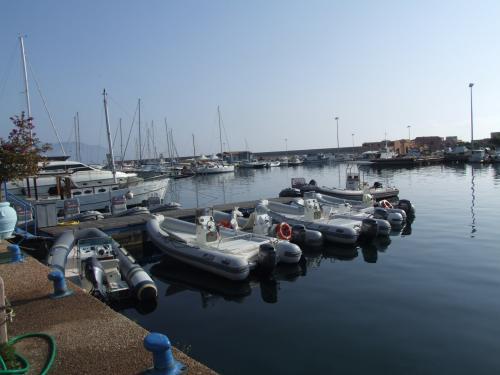 Gummiboote im Hafen von Arbatax