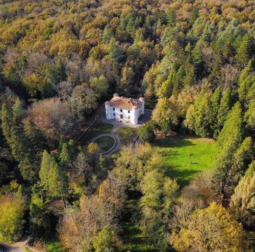 Villa Piercy rodeada de vegetación en Bolotana
