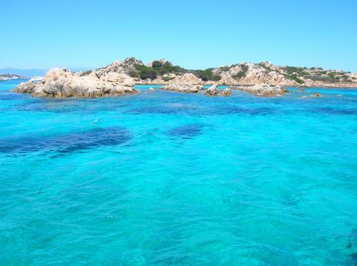 Kristallklares und türkisfarbenes Meer des La Maddalena Archipels