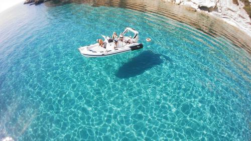 Gummiboot im kristallklaren Meer von Sant'Antioco
