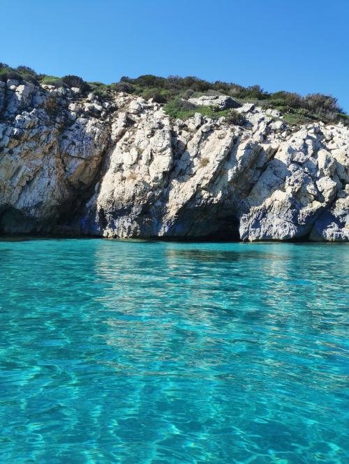 Höhle und türkisfarbenes Meer