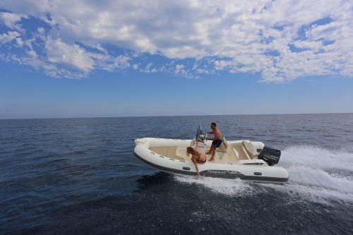 Junge und Mädchen im Schlauchboot
